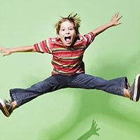 Рассмотрим основные симптомы гиперактивности, а также практические советы родителям гиперактивных детей. Признаки гиперактивности проявляются у ребенка уже в старшем дошкольном и младшем школьном возрасте. Если ребенок гиперактивен, то трудности испытывает не только он сам, но и его окружение: родители, одноклассники, педагоги.