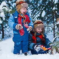 Научитесь правильно одевать ребенка зимой, чтобы сохранить его здоровье. Советы родителям по выбору детской зимней одежды для различных температур.