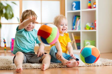 Игры для физического развития и развития речи детей в возрасте от 1 до 2 лет.